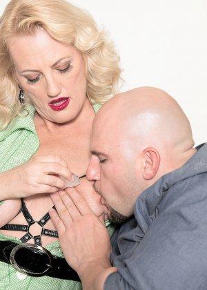 У горничной леди Дулбин особые пристрастия в сексе, ей нравится секс с элементами бдсм, ее работодателю тоже - фото 8