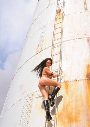 Рози Револьвер снимается в эротической картине, играя роль роковой телки с пистолетом и в одном нижнем белье - фото 9