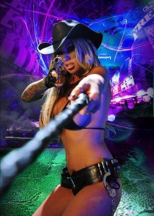 Меган Дэниэлс позирует с пистолетом и ружьем - фото 1