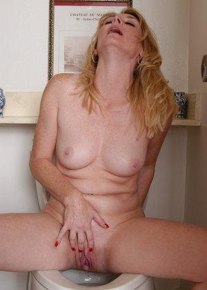 Сексуальная и зрелая блондинка позирует обнаженной на унитазе - фото 4