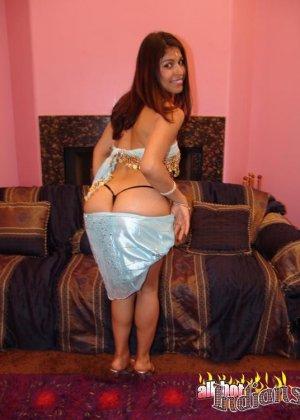 Привлекательная индианка раздевается, показывая голые сиськи - фото 1