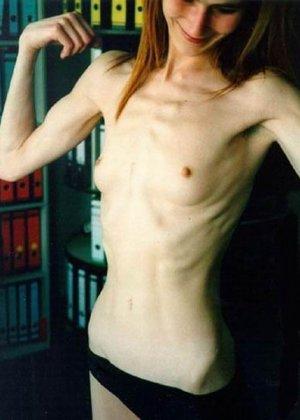 Очень худые телки показывают свои тела обнаженными - фото 5