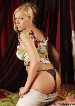 Грудастая стройная блондинка соглашается на любительскую съемку, но не спешит снимать всю одежду - фото 14