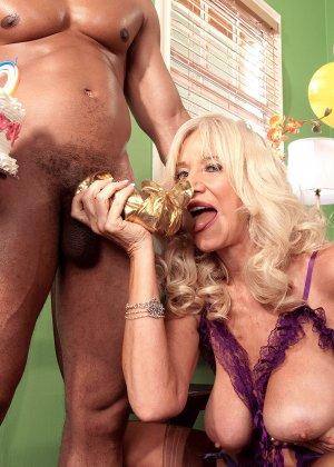 Зрелая блондинка Самеранн на День рождения получила трах с негром с большим хером и осталась довольной - фото 11