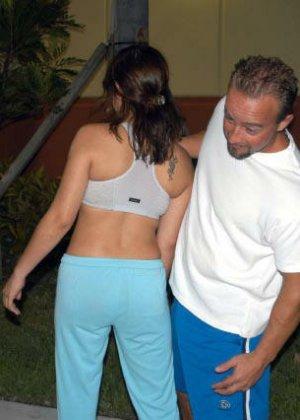 Латинка позволяет себя рассмотреть без одежды мужчине, но большего он не стал просить - фото 5