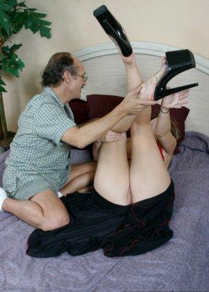 Пожилой мужчина полизал ноги у молодой девки, а она потрогала его маленький пенис своими ступнями - фото 7