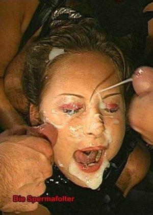Сперма на лице может оказаться в том случае, если девушка не против группового порева, парни обожают доставать свои стволы и исполнять камшоты - фото 9