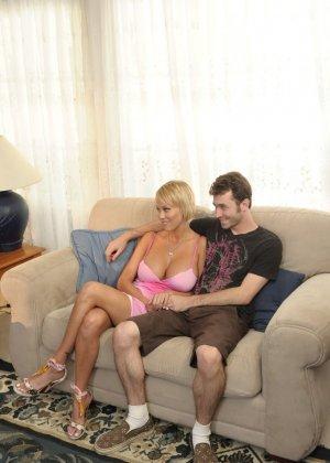 Трахнул худую, сисястую блонду на диване - фото 8