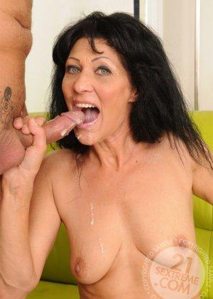 Зрелой брюнетке Регине муж трахает вагину вибраторами, потом сует туда свой хер и наконец, доводит потаскушку до экстаза - фото 12
