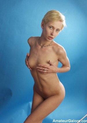 Стройная блондинка раздевается перед камерой, чтобы показать себя с разных сторон – ей нечего стесняться - фото 4