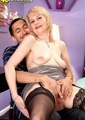 Зрелая блондинка приласкала соседа, который пришел после работы, мужчина очень устал, но от секса не отказался - фото 15
