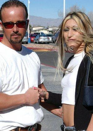 Латина после знакомства с парнем сразу идет с ним в гостиницу и позволяет себя трахнуть, в итоге парень кончил телке на лицо - фото 5