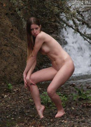 Девушка эротично позирует у водопада - фото 15