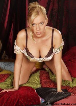 Грудастая стройная блондинка соглашается на любительскую съемку, но не спешит снимать всю одежду - фото 3