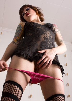 Татуированная шалава засунула в пизду трусы малинового цвета - фото 14
