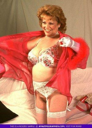 Зрелая женщина в эротичном одеянии показывает свое тело, позволяя рассмотреть волосатую пизденку - фото 1