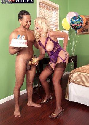 Зрелая блондинка Самеранн на День рождения получила трах с негром с большим хером и осталась довольной - фото 10