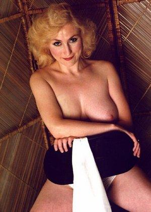 Пожилая грудастая блондинка раздевается до гола, иногда сжимая свои сиськи - фото 1