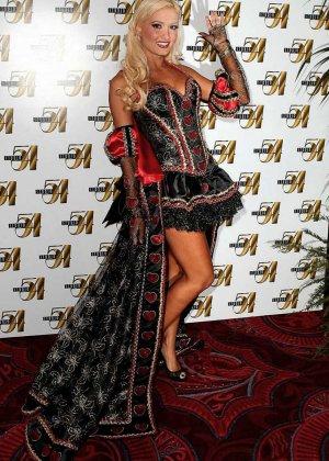 Знаменитость Холли Мэдисон выставляет напоказ свои красивые стройные ноги и носит платья с глубоким вырезом на сиськах - фото 7