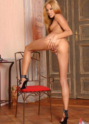 Анита Пирл стоит обнаженная на высоких каблуках - фото 6