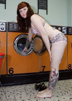 Девка зашла в прачечную и решила постирать все, даже белье, в котором пришла, поэтому ей приходится ждать голой - фото 14
