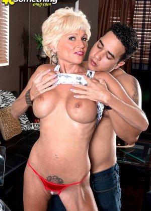 Опытная Ники запросто соблазняет молодого мужчину и он устраивает ей качественный секс - фото 1