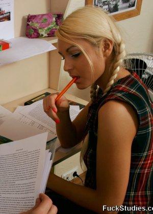 Скучные уроки заканчиваются минетом и страстным анальным сексом, блондинка задрала юбку, чтоб было удобнее ее трахать - фото 8
