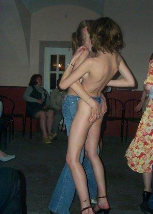 Очень худые телки показывают свои тела обнаженными - фото 9
