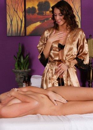 Калли Кобра и Кэти Джордан – красивые лесбиянки, им нравится лизать бритые вагины, поэтому они не сильно отвлекаются на массаж - фото 11