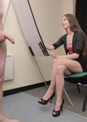 Студентка подрочила и отсосала хуй у голого мужчины - фото 12