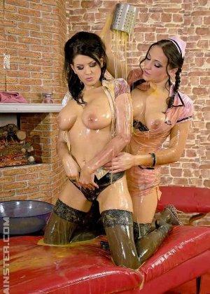 Две горничные используют в своих лесбийских развлечениях, сырые яйца - фото 4