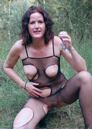 Пожилая женщина мастурбирует в лесу - фото 6