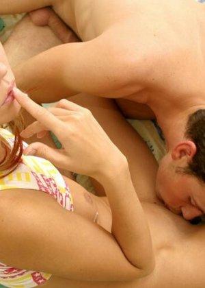 Молоденькая блондинка обслуживает парня с помощью ротика и дает ему себя потрахать в щелку - фото 3