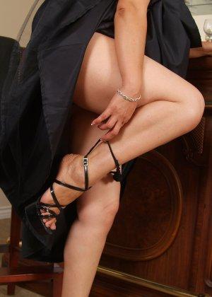 Зрелая азиатка элегантно приподнимает платье и показывает себя - фото 14