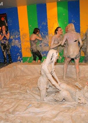 Девки занимаются борьбой в грязи - фото 13