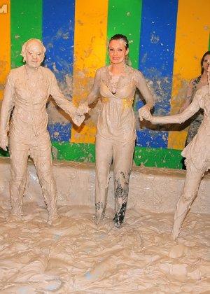 Девки занимаются борьбой в грязи - фото 4