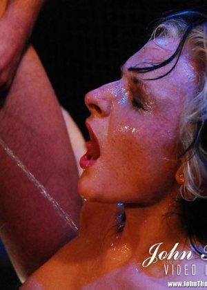 Блондинке понравился золотой дождь - фото 12