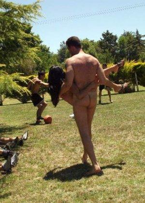 Одну девушку трахают сразу несколько мужчин прямо на природе, а она получает удовольствие - фото 3