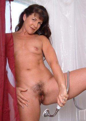 Зрелая женщина постепенно раздевается и показывает свое тело перед всеми, кто хочет ее рассмотреть - фото 4