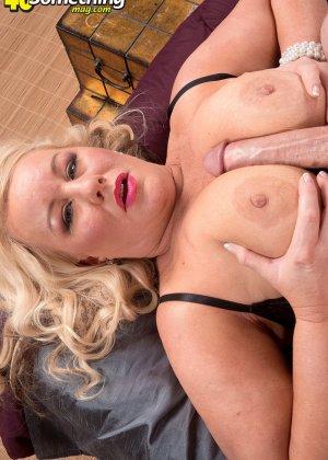 Секс с пухлой блондинкой, парень присунул не только в горячую вагину телке, но и между ее сисек - фото 1