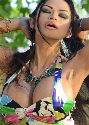 Экслюзивная чика показывает свои формы в платье - фото 12
