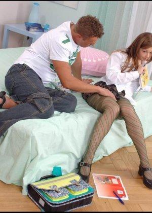 Молодая девушка умело дрочить хуй ножками в чулках своему бойфренду - фото 9
