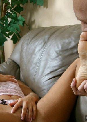 Взрослый мужик лижет пальцы ног девке, пока она мастурбирует, затем дрочит ее ступнями себе хер - фото 2