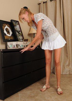 Зрелая Стейси примеряет трусики соседки, и засовывает их в пизду, чтобы пропитать их своей влагой и оставить запах - фото 10