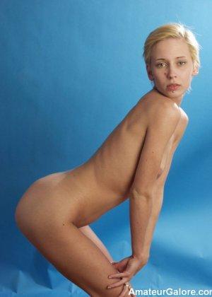 Стройная блондинка раздевается перед камерой, чтобы показать себя с разных сторон – ей нечего стесняться - фото 6