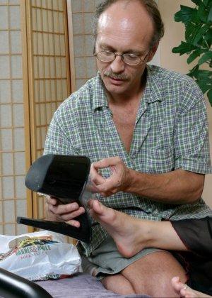 Пожилой мужчина полизал ноги у молодой девки, а она потрогала его маленький пенис своими ступнями - фото 5