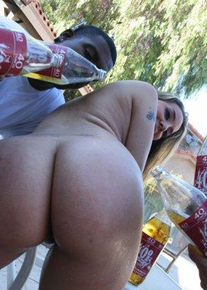 Горничная Далила Стронг в толпе с мужиками, которые любят большие женские задницы а и анальный секс с пухлыми - фото 8