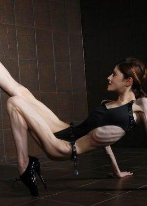 Невероятно худые девушки показывают гибкость тел, эротика специально для любителей худышек - фото 8