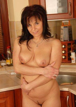 40-летняя дама показывает свою небритую и развороченную пизду - фото 4