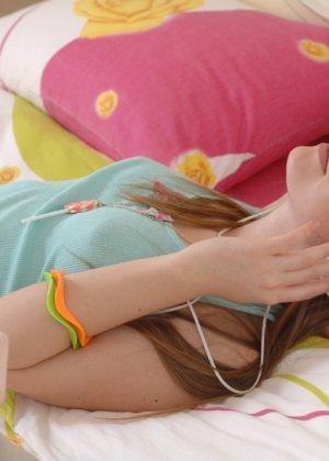 Милая девушка слушает музыку в наушниках и раздевается со скуки - фото 9